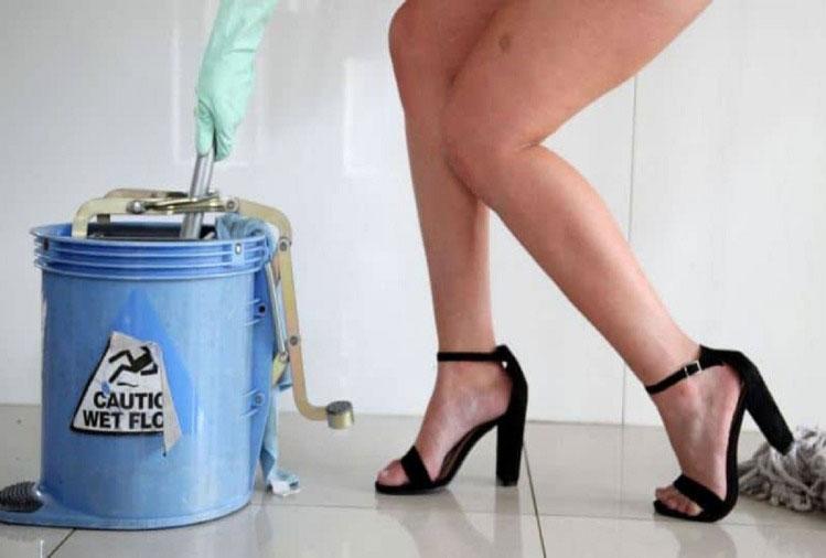 घर में साफ़ सफाई के लिए बिना कपड़ो की महिलाये उपलब्ध करवा रही है ये कंपनी, जानिए