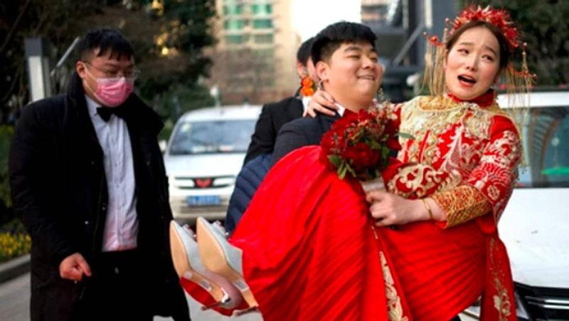 शादी में उतारे जाते हैं कपड़े, कराते हैं जबरदस्ती किस, चीन के ये अजीब रिवाज