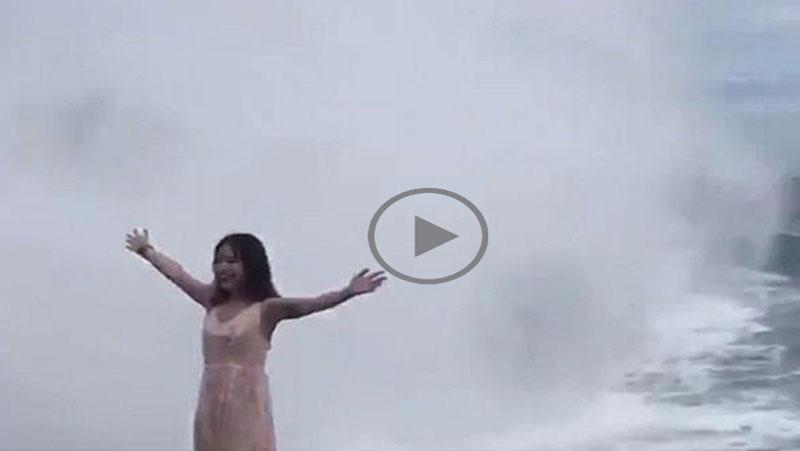 VIDEO : समुद्र किनारे पोज़ दे रही थी लड़की तभी आई लहरे और फिर...