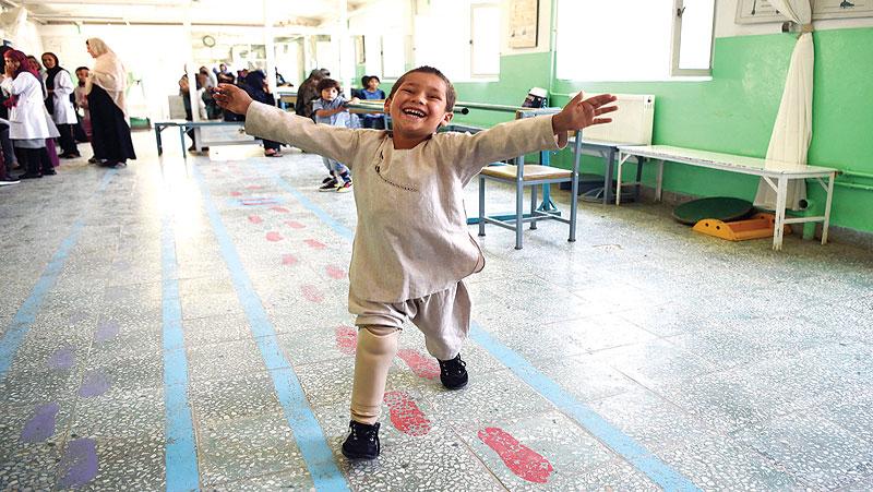 बच्चें ने बारुदी सुरंग में गवा दिए थे पैर, अब ऑर्थोपेडिक सेंटर से मिले है ऑर्टिफिशियल पैर.. अपनी खुशी का ऐसे किया इजहार