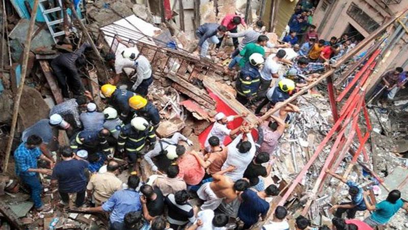 मुंबई के डोंगरी इलाके  मैं गिरी चार मंजिला ईमारत, 40 - 45 लोगो के मलबे मैं दबे होने की आशंका ...