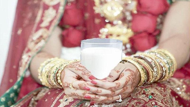 क्या आप जानते है सुहागरात की रात दुल्हन अपने पति के कमरे मैं दूध का गिलास लेकर क्यों जाती है ?