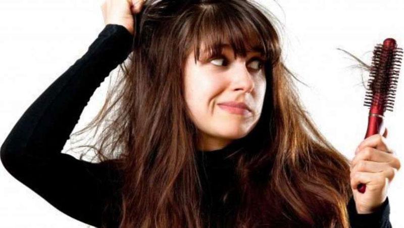 क्या आपको पता है? आपकी किन गलतियों के कारण आपके बाल झड़ने लगते है...