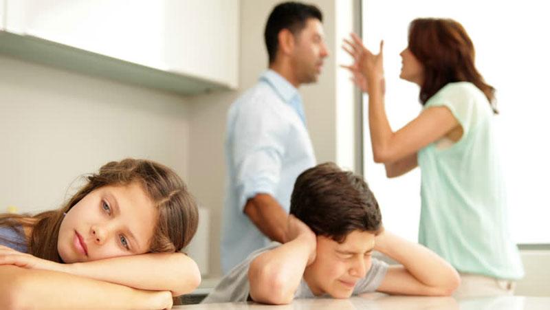 माता और पिता अपने बच्चो के साथ कभी न करें ऐसा, नहीं तो आपके बच्चे हो जायेंगे आपसे दूर...जानिये कैसे