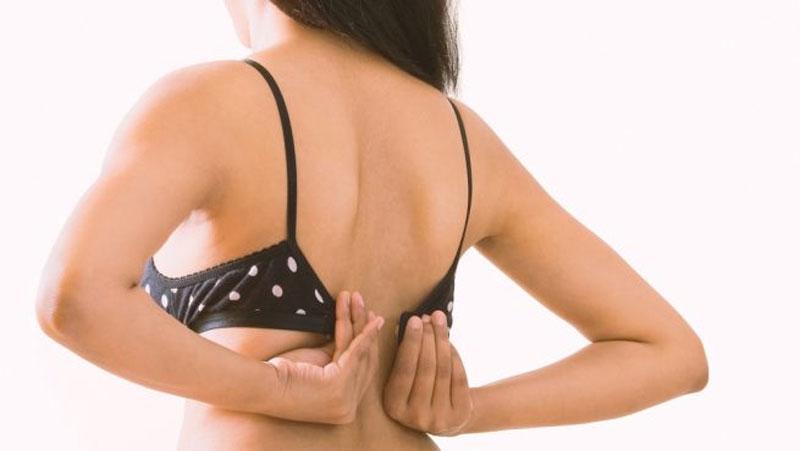 रात में ब्रा उतार कर सोएं या पहनकर, जानें इसके फायदे और नुकसान..