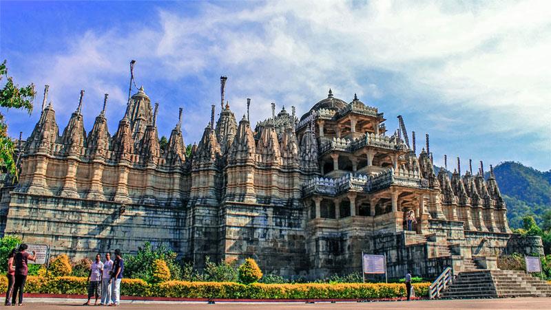 ख़ूबसूरती में ताजमहल से कम नहीं है राजस्थान का ये अद्भुत मंदिर, नाखुनो से बनाई गई थी यहाँ झील...