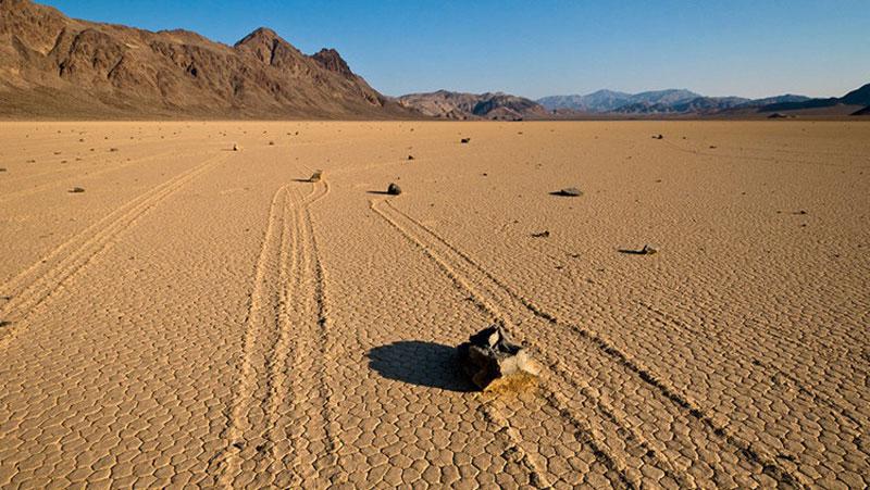 ये है दुनियां का वो रहस्यमयी स्थान जहां पत्थर अपने आप चलते है...जानिए